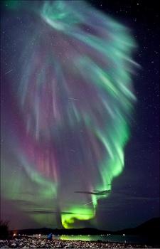 【ノルウェー】湖畔から見上げるオーロラ.jpg