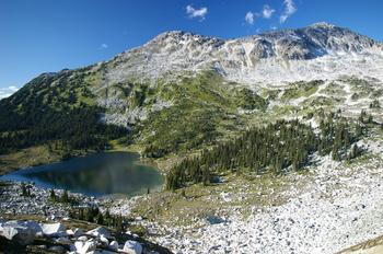 【ハート型地形21】カナダのSaxifrage Peak で見つかったハート型の湖m1].jpg