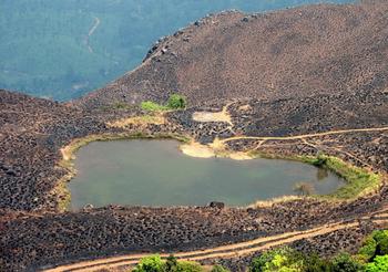 【ハート型地形42】インドのケーララ州にあるChembra Peak にあるハート型の湖1].jpg