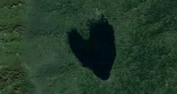 【ハート型地形47】北海道の観音岳近くを撮影した空中写真で見つかったハート型の湖[1].jpg