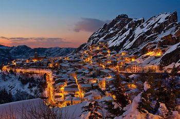 夕暮れ時の山間の町.jpg