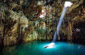 洞窟に射す光 .jpg