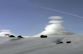雲と雪と山小屋.jpg